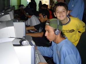 Contato de FalleN (amarelo) com o jogo foi  em lan house(Foto: Arquivo Pessoal/ Marcelo Sguario)